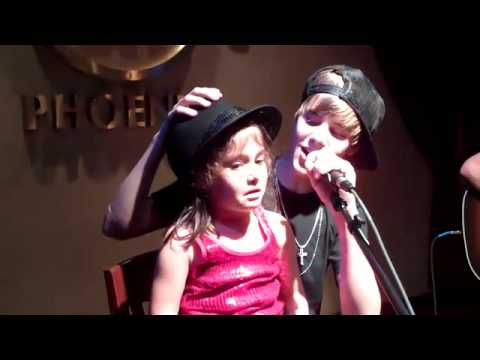 Justin Bieber canta con una niña la cancion Baby Music Videos