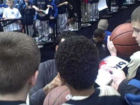 Matt Barnes of The Los Angeles Clippers signing autographs