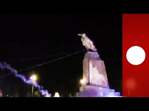 Video: Protesters topple Lenin statue in Kharkiv, Ukraine