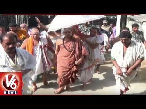 Sringeri Jagadguru Vidhushekhara Bharati Performs Special Prayers At Vemulawada Temple | V6 News