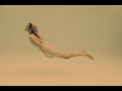 Голая девушка летает!!!
