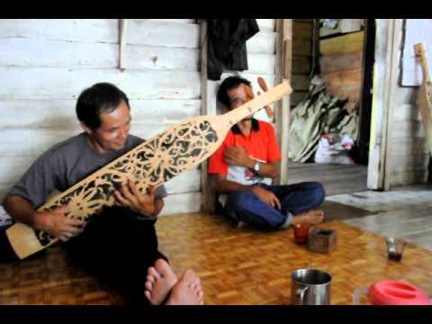 Sampe; the traditional Dayak guitar, Apau Ping, Hulu Bahau, Kalimantan, Indonesia