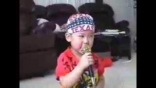 Video Clip hài hước trẻ em: 10X hát karaoke như ca sĩ