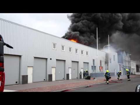 Explosie blaast deur open bij grote brand ijmuiden.
