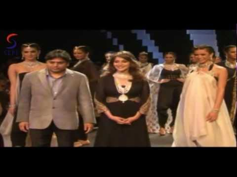 DHAK DHAK Girl Madhuri Dixit On Ramp  IIJW 2012