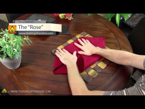 Δίπλωμα χαρτοπετσέτας ή πετσέτας για την διακόσμιση του τραπεζιού.