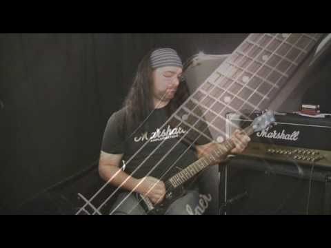 Rob Chappers Demo's the awesome dwarf-some Hofner Shorty of doom!!! \m/