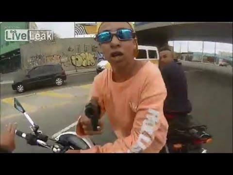 Ladro ruba una moto: la polizia gli spara