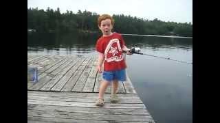Un petit garçon pêche un poisson en un temps record !!!!!