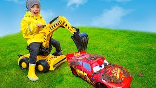 Tisha pulls Lightning McQueen with an excavator from mud. Спасаю Маквина...
