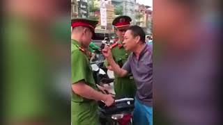 Hai cha con lăng mạ, thách thức công an đánh nhau giữa phố Hà Nội