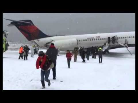 [FOOTAGE]Delta Airlines Plane Skids Off Runway at LaGuardia Airport in New York