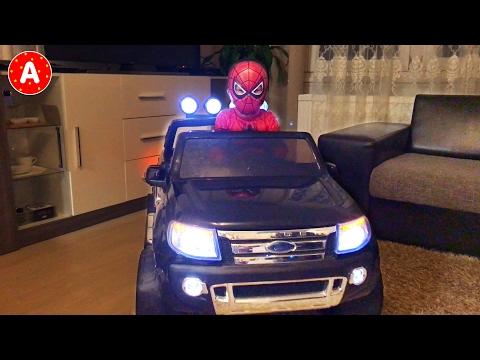 Маленький Мальчик Супергерой Человек-Паук Адам Меняет Колесо Машины