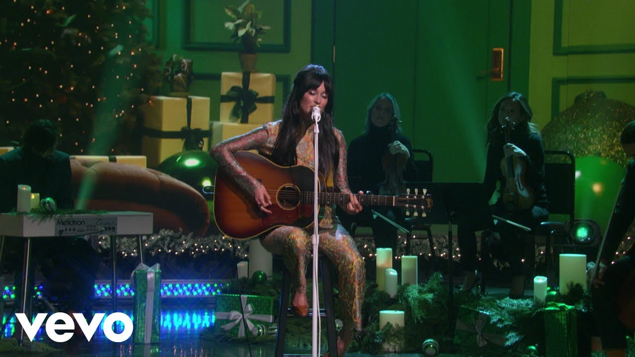 """Kacey Musgraves - 米The Ellen Showにて「The Kacey Musgraves Christmas Show」を再現 """"Christmas Makes Me Cry""""のスタジオライブ映像を公開 thm Music info Clip"""