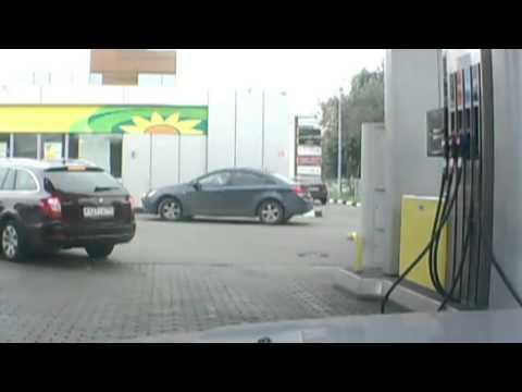 Rubia se lleva la manguera de la gasolinera