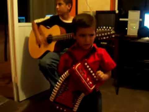 niño tocando el acordeon brandon