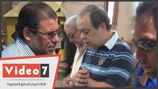 بالفيديو.. خالد يوسف وعمرو مصطفى وأشرف زكى والصريطى فى جنازة نجل رجاء حسين
