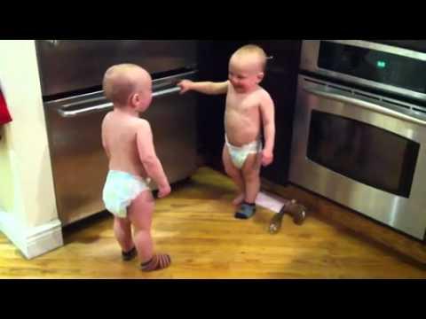 Bebés gemelos conversando