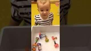 Ледяной каток для игрушек. Дети и родители играют (развлечения для детей)