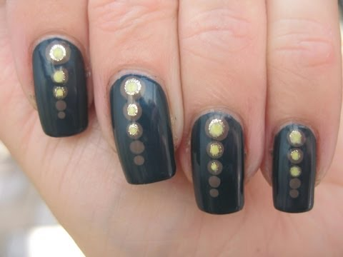 Nail art: Dots, get in line!