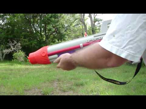 SUPER SOAKER CPS 2500 Aquatic Weapon Water Blaster Rifle Demonstration