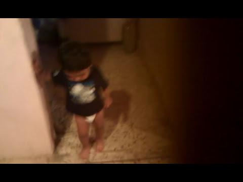 Niño de un año danzando en el Espiritu