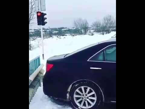 Чеченец очень ювелирно встрял на мосту.