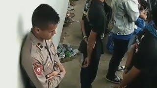 Video Viral Polisi Menyempatkan Beribadah saat Bertugas di Belakang Suporter Bola
