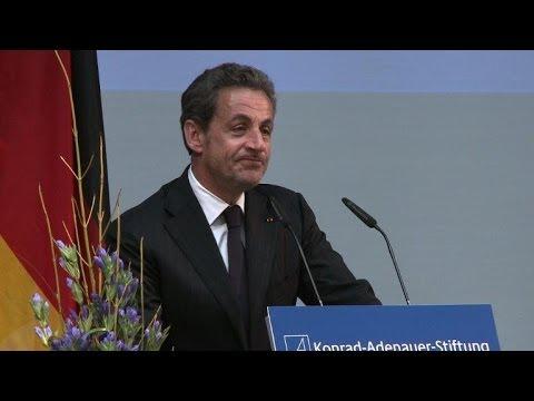 Sarkozy rencontre Merkel et fait l'éloge de leur