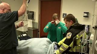Paramedic pretends to be injured and proposes, she says yes - 985491