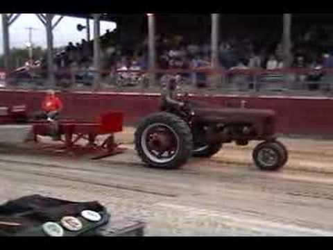 Farmall 300 tractor pull Video