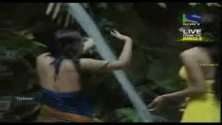 Sexy Shweta Tiwari Showing Her Clevage in Is Jungle Se Mujhe Bachao