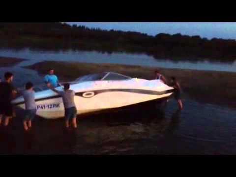 вылетел с лодки видео