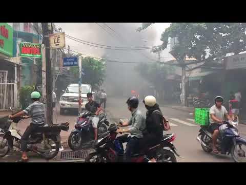 Cháy dữ dội trong bãi giữ xe ở quận Tân Bình ngày 12/8