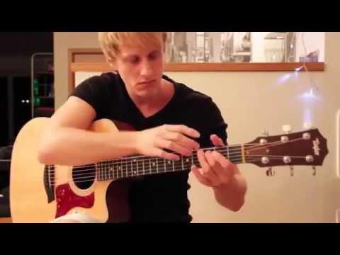 Парень очень круто играет на гитаре