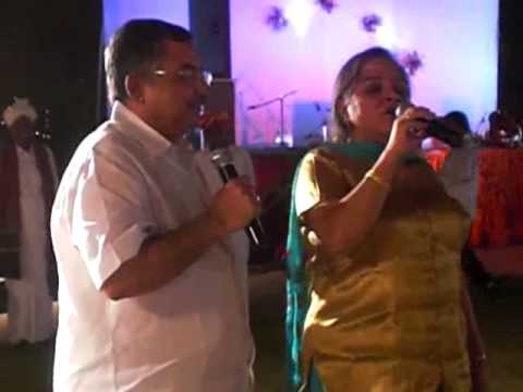 Vinod Dua  sings Ude Jab Jab Jhulfen Teri with wife Chinni.flv