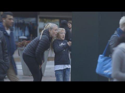 En Estocolmo, Suecia, una compañía ha creado un anuncio callejero muy especial. El poster, que apareció en YouTube, pide a quienes lo leen que escaneen un código QR con sus teléfonos inteligentes, para conocer algo más.  Sin embargo, las personas que deciden escanearlo son sorprendidas por un 'monstruo' que trata de salir de la pantalla del anuncio. El video en YouTube ya tiene más de 426 mil visitas, con solo 5 días de publicado.
