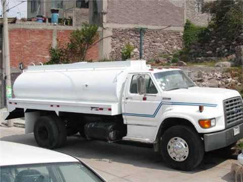 Camion cisterna de agua