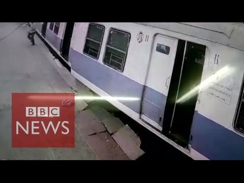 India: Passengers leap from derailed train in Mumbai - BBC News