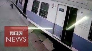 India: Passengers leap from derailed train in Mumbai - BBC News