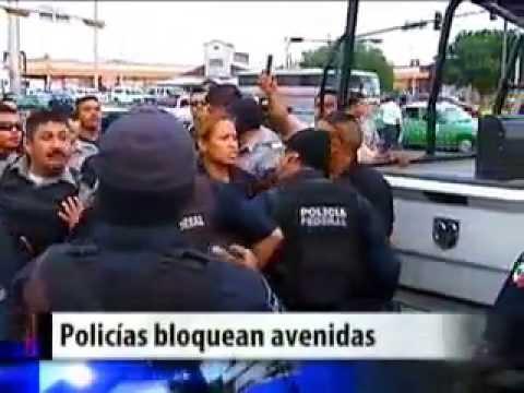 Policías federales encañonan a policía municipal.