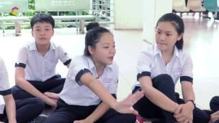 Mẫn Nhi tập tiết mục văn nghệ cho lớp