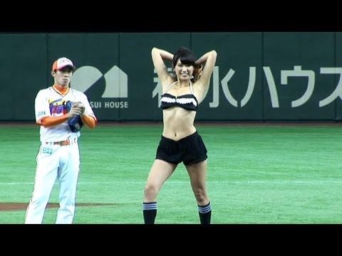 久松郁実、黒ビキニで始球式「ズレないか心配」 日本ハム-ロッテ戦(東京ドーム)