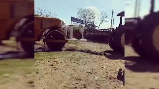 Hôm nay chiếc máy cày Đang kéo một chiếc xe lu bị