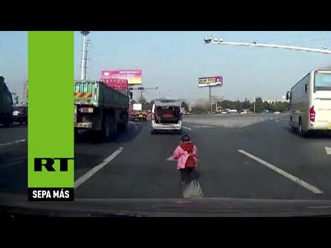 niño cae de vehiculo y no se dan cuenta