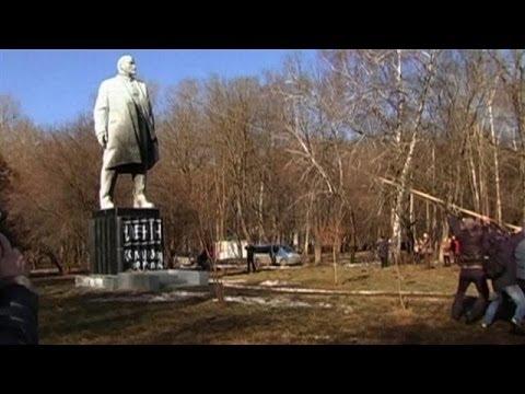 Ukraine Protesters Topple Lenin Statues