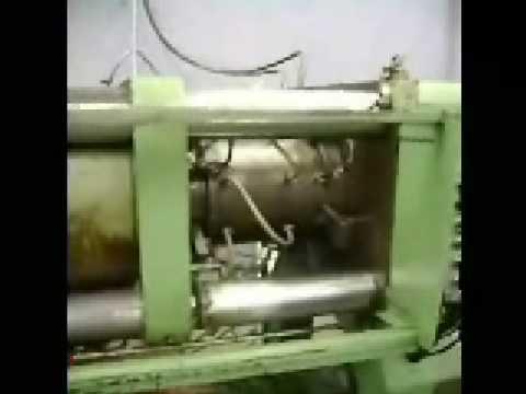Injetora Battenfeld com molde de balde