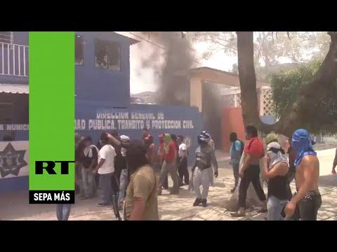 Estudiantes de Ayotzinapa asaltan la comandancia de la Policía Municipal
