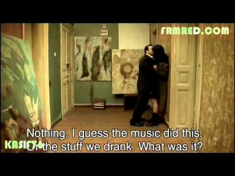 selen uçer ayaküstü öpüşme ara filmi (www.FrmRed.com)