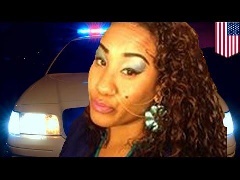 Mujer ebria intenta robar un auto de la policía con dos oficiales en su interior